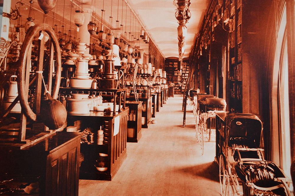 Обстановка магазина Casa Boker, архивное фото