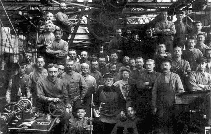 Коллектив компании Boker на рабочем месте, архивное фото
